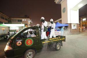 Binh chủng Hóa học phun khử trùng tiêu độc Bệnh viện Bạch Mai