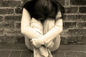 Chồng nhìn thấy tôi nằm đau đớn dưới đất anh chỉ nói một câu khiến tôi 'chết lặng'