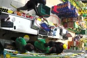 2 thanh niên cầm vật nghi súng cướp cửa hàng bách hóa giữa Sài Gòn