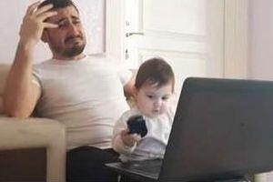 Ông bố 'bất lực' khi làm việc ở nhà với con gái 9 tháng tuổi