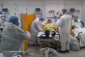 Pháp tiếp tục sơ tán các bệnh nhân ra khỏi vùng dịch COVID-19