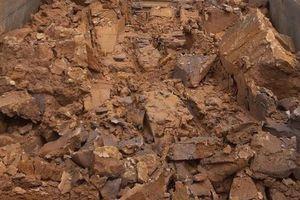 Tạm giữ 7 sà lan đất sét nghi khai thác trái phép trên sông Hậu