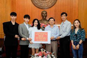 Hàng loạt 'sao' Việt tiếp tục quyên góp ủng hộ cuộc chiến chống Covid-19