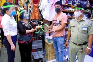 TP.HCM: Chợ Hóc Môn tặng tiểu thương mũ kính phòng COVID-19