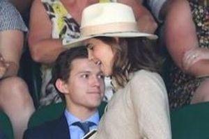 'Người Nhện' Tom Holland bối rối khi Emma Watson lướt qua