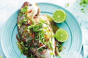 Mẹo làm cá hấp xì dầu nguyên con đẹp mắt, ít tốn thời gian