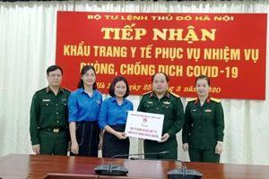 Tuổi trẻ Đoàn Khối tặng 300 bộ quần áo bảo hộ, 1.000 khẩu trang cho Bộ Tư lệnh Thủ đô