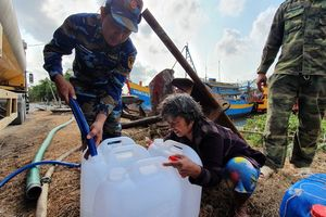 Bộ đội vận chuyển, tiếp tế nước giúp dân vùng hạn mặn ĐBSCL
