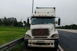 Liều lĩnh đi lùi 200m trên cao tốc, lái xe container bị phạt 17 triệu đồng