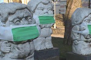 Trang trí các bức tượng bằng khẩu trang trong dịch ở Litva