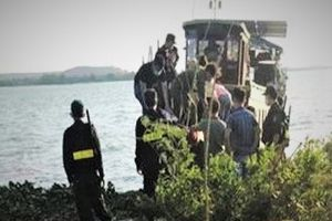 Cảnh sát chạy cano bao vây sòng bạc giữa hồ ở Đồng Nai