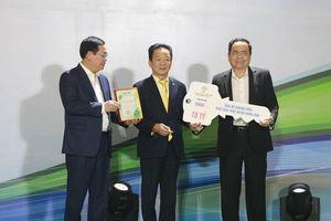 Cha con bầu Hiển và HanoiFC ủng hộ cho cuộc chiến chống Covid-19 thêm 4,5 tỷ đồng