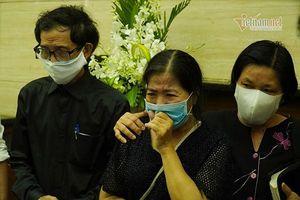 Mẹ Mai Phương bật khóc khi con gái được đưa vào hỏa táng