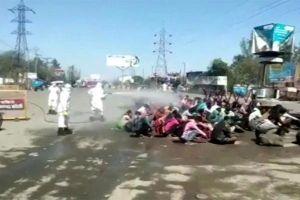 Ấn Độ điều tra vụ lao động hồi hương bị bắt ngồi hứng 'mưa khử trùng'