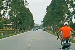 Xử phạt 'quái xế' tuổi thiếu niên dùng chân điều khiển xe máy điện ở Hải Dương
