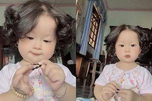 Xuất hiện bé gái có mái tóc xoăn 'bà thím' nhưng đáng yêu hết nấc khiến dân mạng 'tan chảy'
