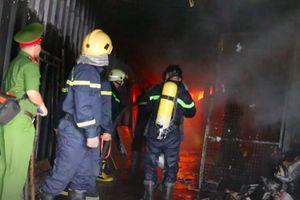 TPHCM: Cháy kho hàng gần sân bay Tân Sơn Nhất