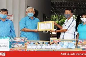 Các hoạt động trao tặng nước rửa tay, khẩu trang, thực phẩm phòng, chống dịch bệnh Covid-19
