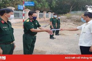Bí thư Huyện ủy Phú Tân thăm, tặng quà chiến sĩ làm nhiệm vụ ở khu cách ly