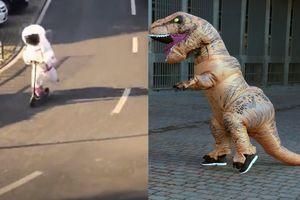Mặc đồ khủng long, đóng giả làm cây để tránh nhiễm virus khi ra đường