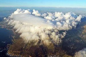 Biển mây cuồn cuộn phủ trắng đỉnh núi Bàn