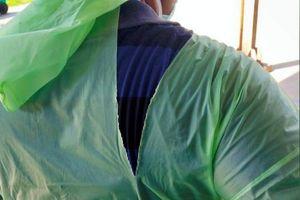 Bác sĩ Ấn Độ dùng áo mưa, mũ bảo hiểm xe máy cứu chữa bệnh nhân COVID-19