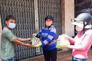 Hơn 300 phần quà hỗ trợ người bán vé số ở Lâm Đồng