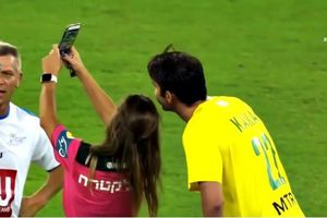 Nữ trọng tài bị sàm sỡ, vua sân cỏ rút thẻ vàng để selfie với Kaka
