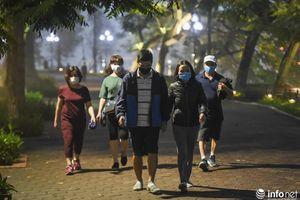 Hà Nội: Nghỉ lễ, người dân bất chấp lệnh cách ly xã hội, vẫn ra hồ Gươm 'hóng gió'