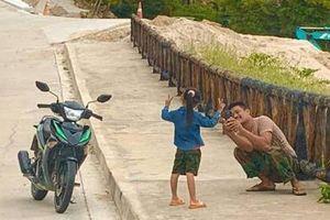Ông bố dừng xe, chụp ảnh cho con gái nhỏ ở ven đường khiến bao người không khỏi 'rưng rưng'
