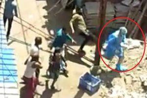 Nhân viên y tế ở Ấn Độ: Bị đám đông đuổi đánh, ném đá, bị bệnh nhân Covid-19 nhổ nước bọt khiến dư luận bức xúc