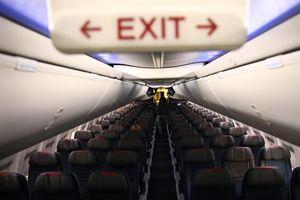 Máy bay trống rỗng, 11 hành khách bị ép ngồi gần nhau