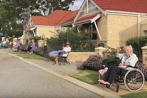 Nhóm người già giữ khoảng cách 2 m, ngồi dự tiệc giữa đại dịch