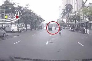 CLIP: Xe đạp điện bất ngờ lao sang đường, xe tải có pha drift 180 độ cứu mạng trong chớp nhoáng