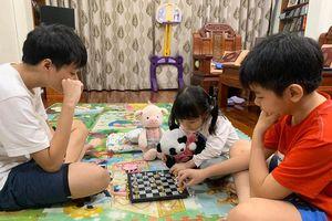 Cô gái 4 tuổi khuấy động cả nhà trong mùa dịch Covid-19