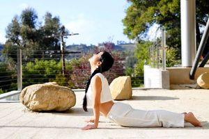 'Bống' Hồng Nhung khoe ảnh tập yoga trẻ như gái đôi mươi