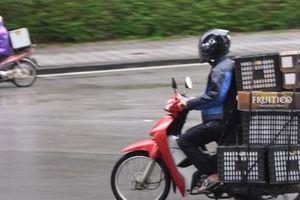 'Người vận chuyển' hoạt động nhộn nhịp trong ngày cách ly xã hội chống dịch Covid-19