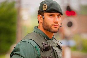 Chàng quân nhân Tây Ban Nha bất ngờ nổi tiếng nhờ một bức hình
