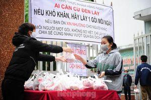Tình nguyện viên tặng suất ăn miễn phí cho người có hoàn cảnh khó khăn