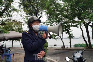 Cảnh sát nhắc nhở hàng trăm người dân ra Hồ Gươm tập thể dục