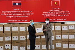 Lễ bàn giao thiết bị vật tư y tế Việt Nam viện trợ Lào chống dịch Covid-19
