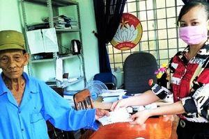 Cụ ông 85 tuổi chống gậy vượt 4 km ủng hộ 200.000 đồng chống dịch Covid-19