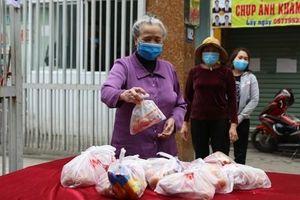 'Ai cần cứ đến lấy' và hàng trăm suất ăn miễn phí dành tặng người lao động nghèo giữa mùa dịch Covid-19 ở Hà Nội