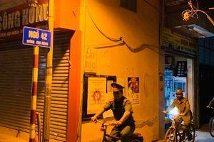 Quận Thanh Xuân: Tuần tra đêm bằng xe đạp, nhắc nhở người dân ở nhà chống dịch Covid 19