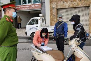 3 người đầu tiên ở Hà Nội bị phạt vì ra đường không cần thiết