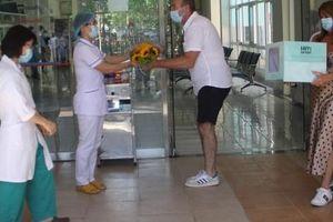 Bệnh nhân Covid-19 ở Quảng Nam xuất viện, cúi chào tặng hoa cho bác sĩ