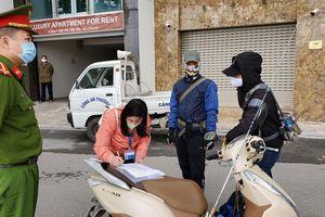 Hà Nội: 3 người đầu tiên bị phạt vì ra đường không cần thiết