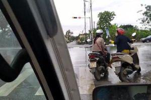 Lại thêm hai cô gái dừng xe giữa vạch kẻ đường để 'buôn chuyện' như ở nhà