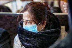 4 cô gái miệt thị, dùng ô đánh người phụ nữ châu Á trên xe bus