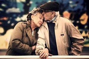 '30 năm anh vẫn nắm chặt tay em'
